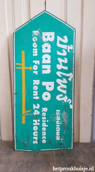 Oud stoer bord. Room for rent.