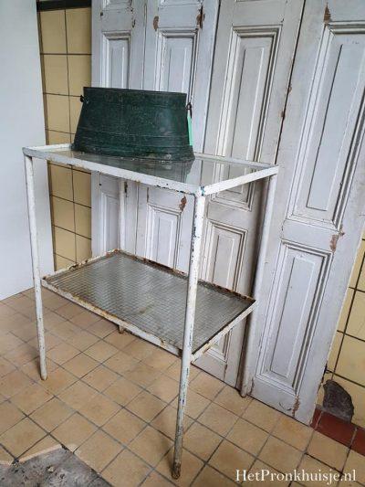 Oud ijzeren tafeltje.