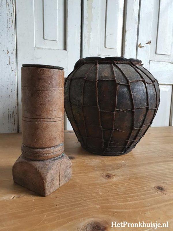 Grote robuust houten kandelaar.