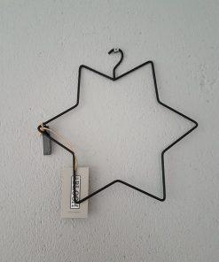 Kleine zwart metalen ster van Mrs. Bloom.