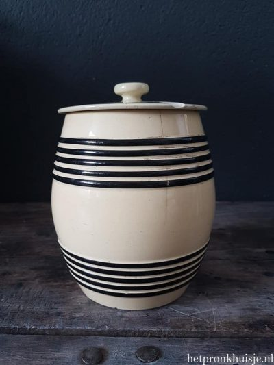 Oude aardewerk pot. Petrus Regout.