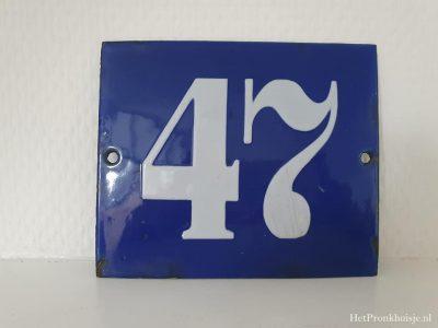 Blauw emaille huisnummer. Nr 47
