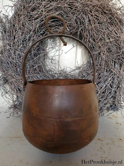 Oude bruin metalen kookpot met hengsel.