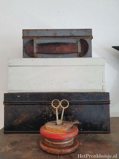 Oude houten klos met schaartje.