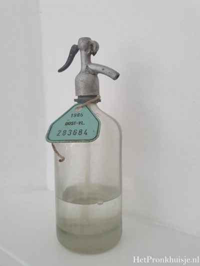 Oude spuitfles van helder glas.