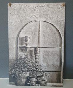 Muurbordje aan touw. Rond raam zwart wit.