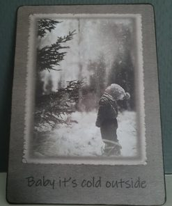 Afbeelding op hout. Baby it`s cold outside